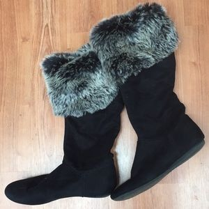Black boots with fur lining
